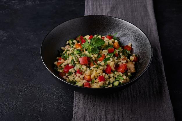 Close up libanese o siriano tradizionale insalata tabbouleh fatta di bulgur o couscous carne di pollame