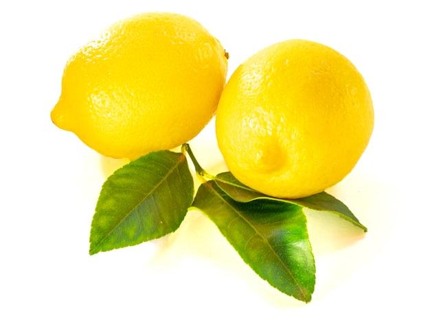 Close up di limone con foglia verde isolato su sfondo bianco