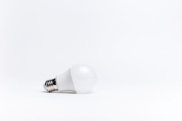 Close-up di lampadina su sfondo bianco.
