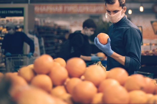 Avvicinamento. molte arance sullo scaffale del supermercato. igiene e assistenza sanitaria