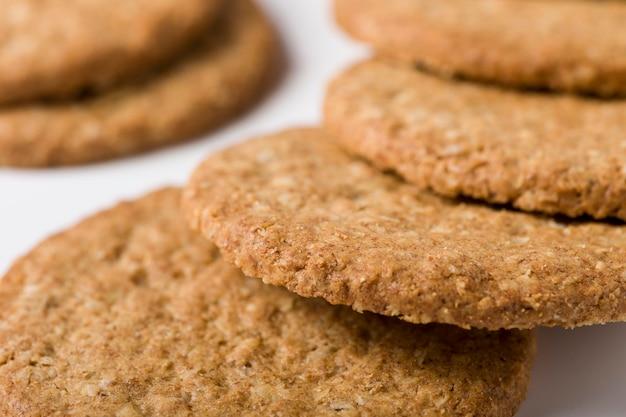 Primo piano di biscotti ipocalorici su sfondo bianco