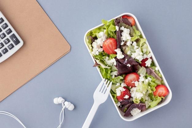 Primo piano sui cestini del pranzo con cibo delizioso