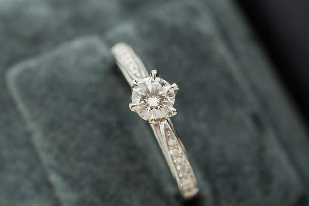 Chiuda in su anello di diamanti matrimonio di lusso in confezione regalo gioielli