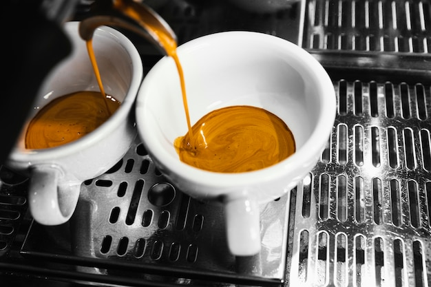 Macchina del primo piano che prepara caffè