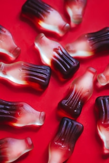 Primo piano di caramelle gommose di gelatina macro a forma di bottiglia con sapore di bevanda alla cola