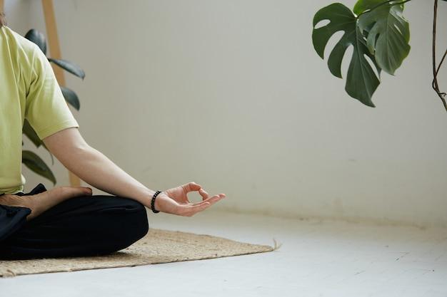 Primo piano del braccio maschile in yoga mudra, copia spazio, yoga e meditazione pratica a casa con un design minimale