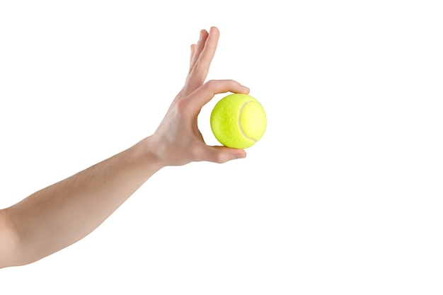 Primo piano della mano maschile che tiene una pallina da tennis su un bianco