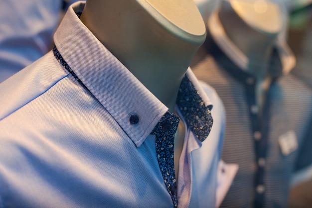 Primo piano di camicie maschili nel negozio di abbigliamento
