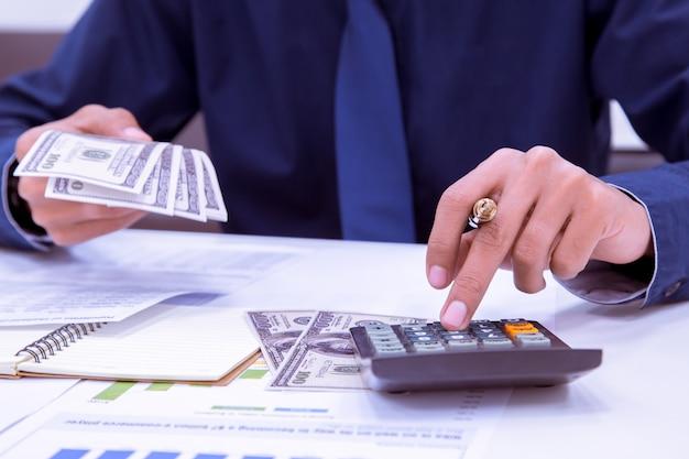 Chiuda in su del ragioniere dell'uomo che fa i calcoli. risparmio, finanze e concetto di economia.