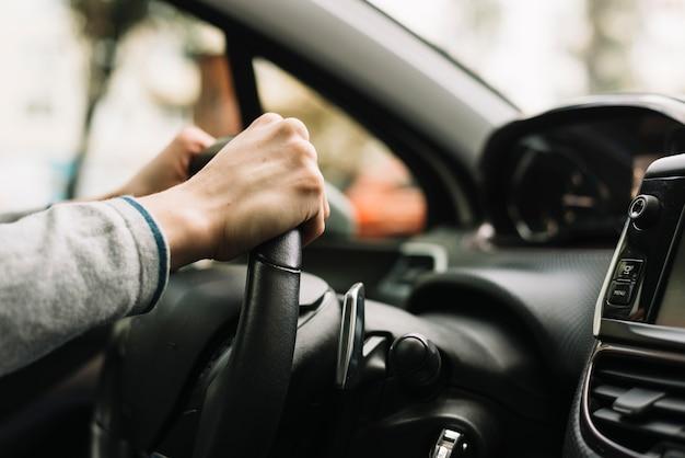 Chiuda in su dell'uomo che guida l'automobile
