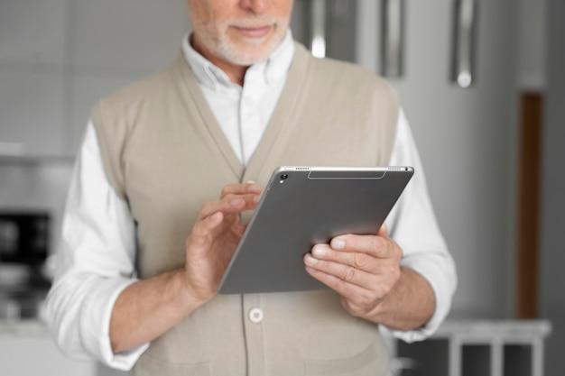 Primo piano uomo con tablet