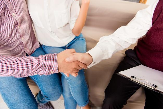 Chiuda in su dell'uomo che stringe la mano dello psicoterapeuta per salvare il suo matrimonio