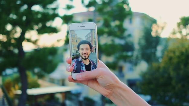 Primo piano dell'uomo che parla sulla chiamata video su smartphone