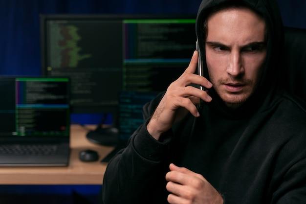 Primo piano uomo che parla al telefono