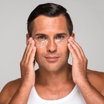 Uomo del primo piano usando sotto le bende per gli occhi