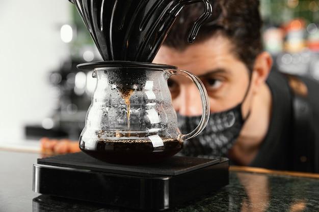 Uomo del primo piano che guarda caffè