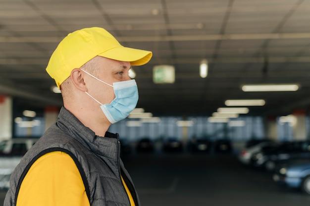 Close-up uomo che indossa la maschera protettiva