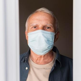 Uomo del primo piano con la maschera al chiuso