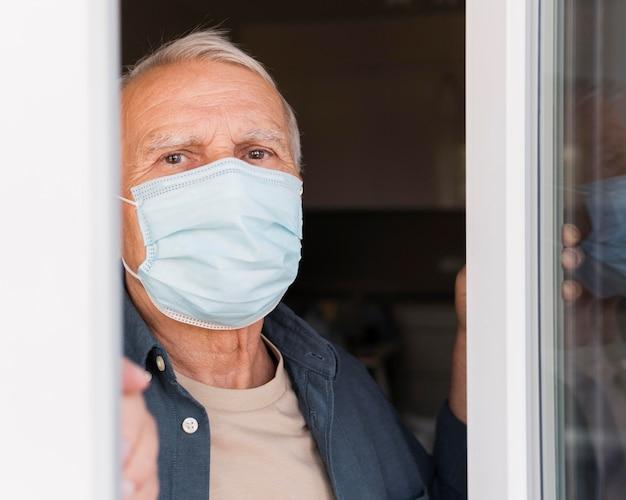 Uomo del primo piano con mascherina medica