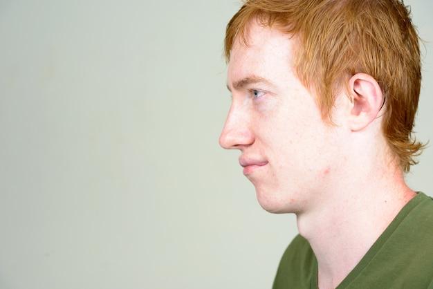 Chiuda in su dell'uomo con i capelli rossi isolati