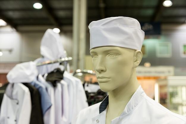 Primo piano del manichino con il costume da panettiere in fabbrica