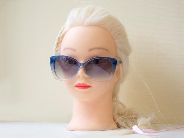 Primo piano sulla testa del manichino in occhiali da sole