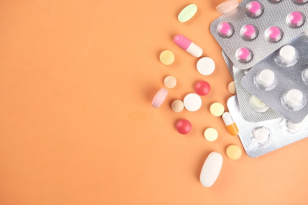 Primo piano di molte pillole e capsule colorate