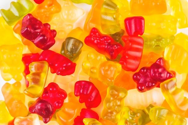 Primo piano di molte caramelle gommose dell'orso