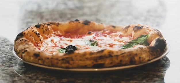 Primo piano di pizza margherita.
