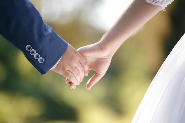 Primo piano delle mani della coppia sposata