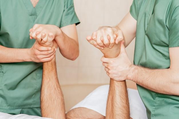 Primo piano del massaggio della punta dell'uomo