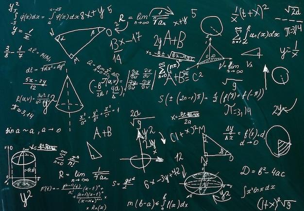 Primo piano di formule matematiche su una lavagna