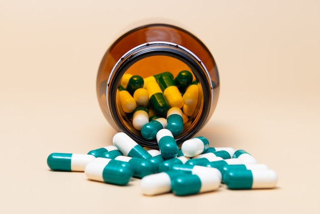 Primo piano pillola della droga medica e bottiglia di vetro.