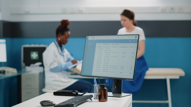 Primo piano di informazioni mediche sul monitor del computer