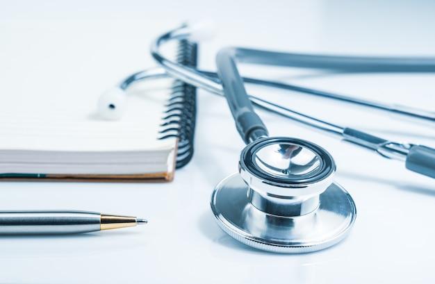 Close up stetoscopio medico per il controllo medico sul tavolo del laboratorio medico sanitario con blocco note come concetto medico