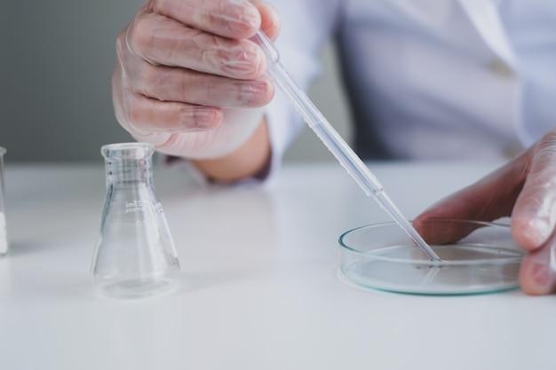 Primo piano di ricerca e sviluppo di medicinali e vaccini in laboratorio.