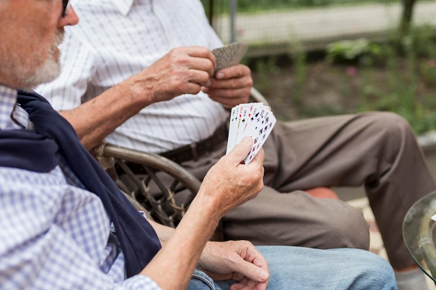 Uomini del primo piano che giocano a carte