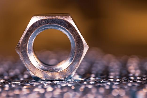 Close-up metallo cromato un grande dado. concetto di riparazione e parti di ricambio