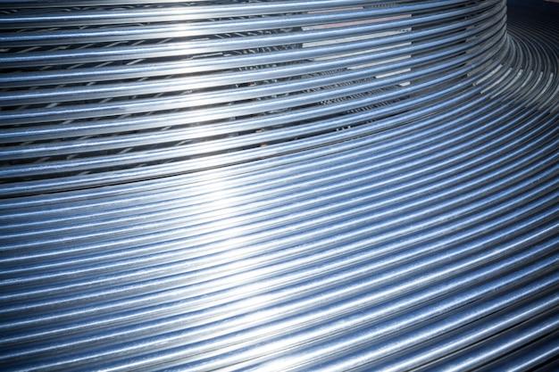 Tubi metallici del primo piano disposti parallelamente