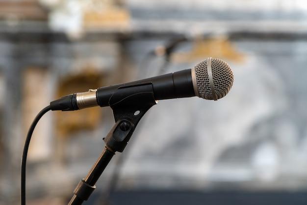 Chiuda in su del microfono nella sala da concerto o nella sala conferenze isolata