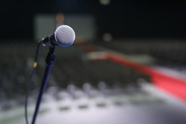 Primo piano del microfono in una sala da concerto o una sala conferenze