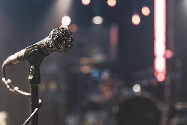 Primo piano di un microfono su un palco da concerto con una bella illuminazione.
