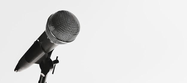Primo piano del microfono isolato su priorità bassa bianca