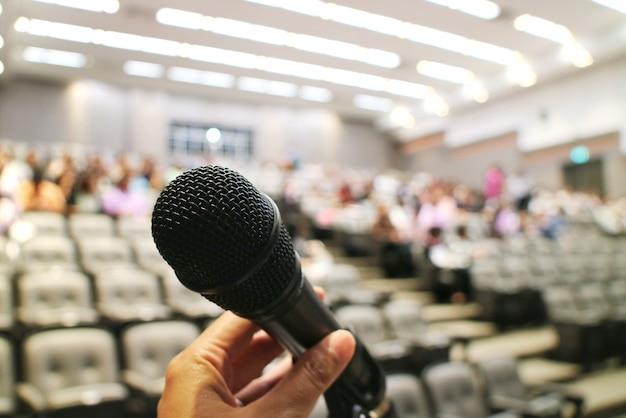 Primo piano del microfono nella sala riunioni. messa a fuoco selettiva con sfondo sfocato.