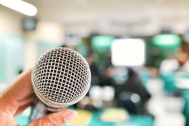 Primo piano del microfono nella sala riunioni. tecnologia e concetto di educazione.