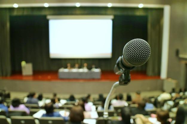 Primo piano del microfono nella sala riunioni.