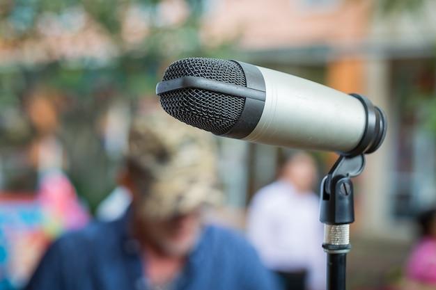 Chiuda in su del microfono nel luogo pubblico con priorità bassa della sfuocatura