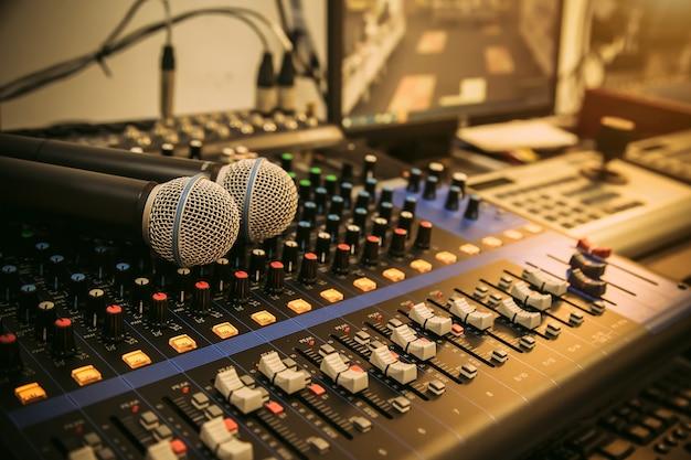 Primo piano microfono e mixer audio in studio