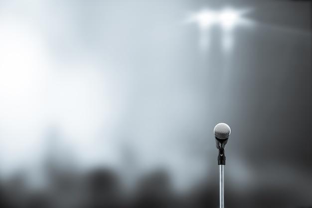 Primo piano del microfono sul supporto con sfondo sfocato.