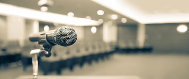 Primo piano del microfono sul supporto.
